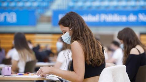 Una joven se dispone a comenzar un examen de Selectividad en las pruebas de la EvAU en la UPNA. La mascarilla, obligatoria desde los 6 años.