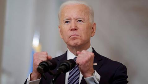 Biden ordena acelerar la vacunación para lograr la