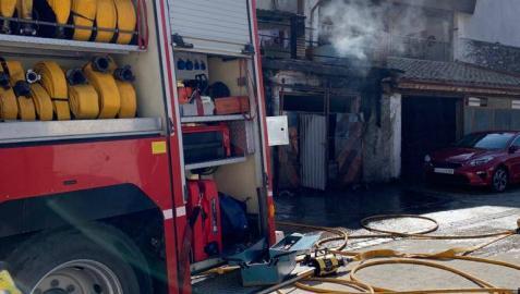 Arde un garaje con vehículos y aperos agrícolas en Abárzuza