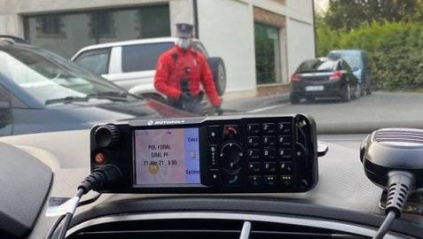 Un agente de la Policía Foral, visto desde el interior del coche de una patrulla.