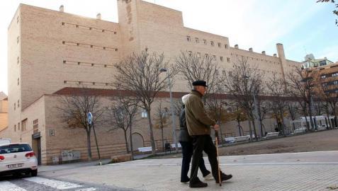 Dos personas mayores pasean por delante de la Residencia de Ancianos La MIsericordia de Tudela