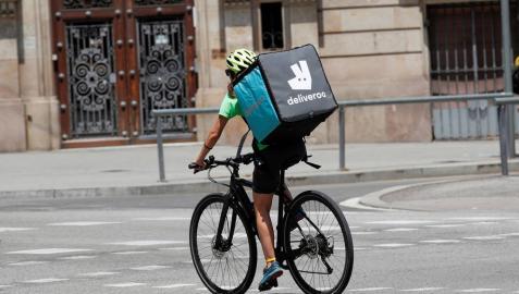 Los 'riders' de Deliveroo son trabajadores de la empresa y no autónomos, según el TSJM