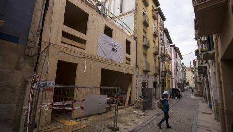 Obras para la construcción de viviendas en la calle Descalzos de Pamplona.