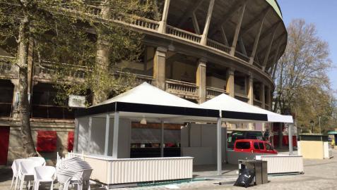 Los bares que han colocado terrazas para atender al público en el exterior del coso taurino ultiman los trabajos antes de la apertura, el 1 de abril.