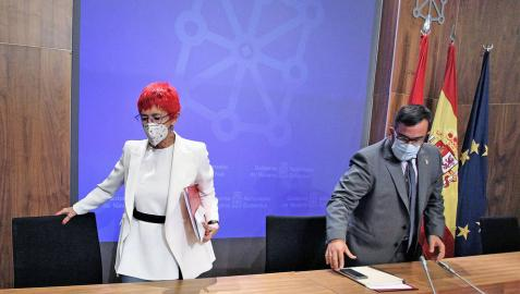 Javier Remírez, y la consejera de Salud, Santos Induráin, en la sala de prensa del Palacio de Navarra.