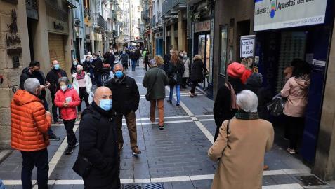 La pandemia del coronavirus no ha evitado que los navarros salgan a la calle a hacer sus compras en el puente foral.