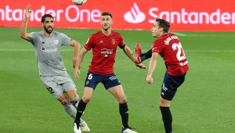 Iñigo Pérez, Oier Sanjurjo y Raúl García, en el Osasuna-Athletic del pasado 24 de octubre en El Sadar.