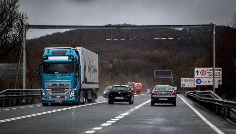 El Gobierno prevé implantar a final de año el primer peaje de camiones