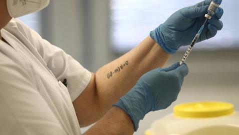 Una sanitaria sostiene una dosis de la vacuna de Pfizer contra el coronavirus antes de administrarla