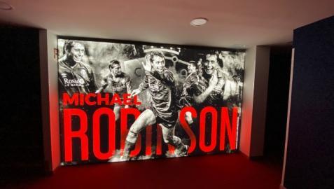 La sala de prensa con la imagen de Michael Robinson. Osasuna