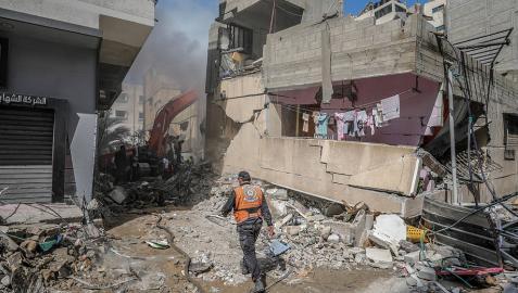 Búsqueda de supervivientes en un edificio destruido en Gaza.