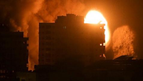 Una explosión en un edificio de la ciudad de Gaza tras un ataque israelí.