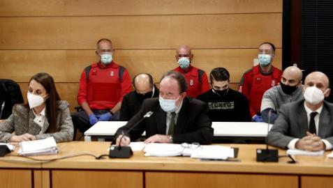 En primer término, los abogados de los acusados por el crimen de Cáseda y, detrás, los tres procesados.