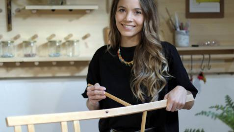 La baztanesa Irene Echeverría Cruchaga, de 29 años, trabajando en su taller de Pamplona.