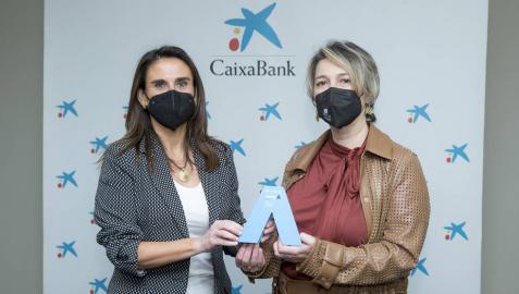 Momento de la entrega del premio que ha corrido Margarita Cervantes(a la dcha.), a cargo de la directora territorial Ebro de CaixaBank, Isabel Moreno (a la izq.)