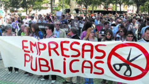 Unas 300 personas convocadas por UGT, AFAPNA, SPA, CC OO y SATSE se concentraron ayer frente al parlamento a favor de los servicios públicos y contra los recortes