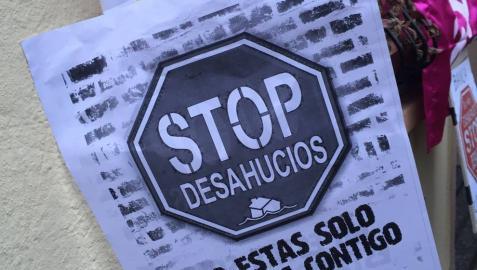 Miembros de la Plataforma de Afectados por la Hipoteca (PAH) impidieron que Francisco Javier Pérez Hernández fuera desalojado de su vivienda en el barrio de la Chantrea este martes, al congregarse desde el amanecer frente al domicilio de la calle Arguedas.