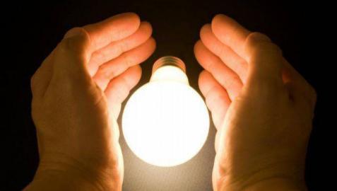 Competencia rechaza cambiar la tarifa de la luz como pide Podemos