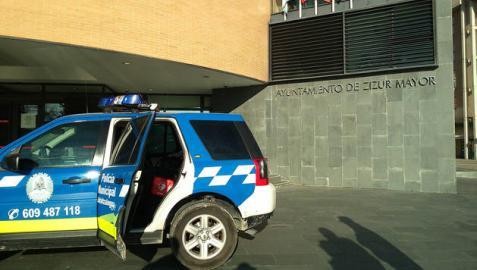 Un coche de la policía municipal frente al Ayuntamiento de Zizur Mayor