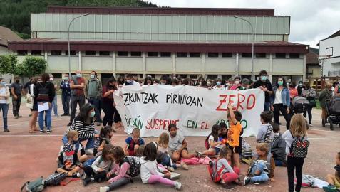 Las apymas del Pirineo han cerrado el curso con nuevas protestas en los centros de Garralda, Ochagavía y Roncal contra Educación para que devuelva a los alumnos de la zona el derecho a elegir centro educativo de Bachillerato en Pamplona.