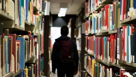 Un joven en una biblioteca.