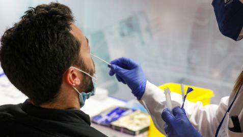 Una sanitaria realiza una prueba de antígenos