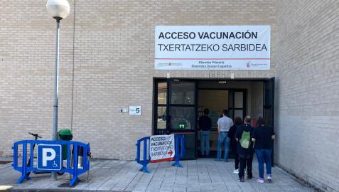 Varias personas esperan para vacunarse en el exterior del polideportivo de la UPNA