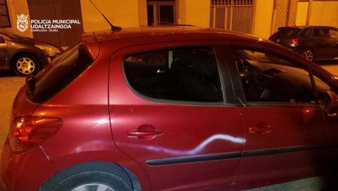 La Policía Municipal de Pamplona ha identificado la pasada madrugada a unamadre, de 42 años y a su hijo, de 19,tras realizar pintadas en al menos 18 vehículos estacionados y en mobiliario urbano en el barrio de Santa María La Real.
