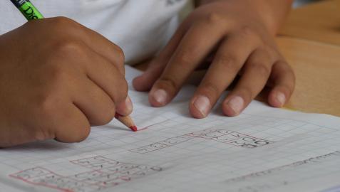 Un niño, en un colegio.