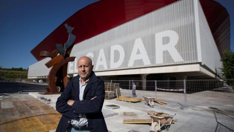 El artista y exjugador de Osasuna Carlos Purroy posa ante la escultura que simboliza el apoyo de la afición rojilla.