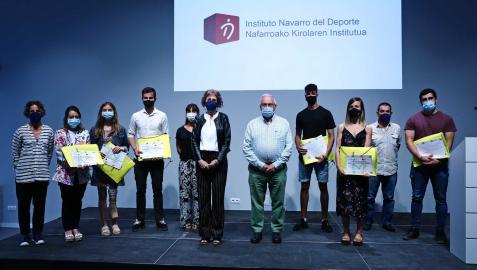 Los premiados de izda a dcha, María Lekunberri, Naiara Biurrun, Julen Aguirre, Hicham Amhaouch, Leticia Romero y Álex Calvo