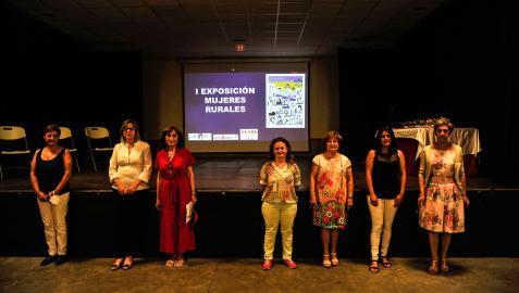 Representantes de las entidades organizadoras -la mancomunidad y las asociaciones de mujeres- en la inauguración de la muestra.