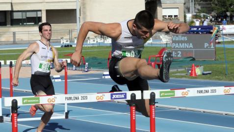 Asier Martínez, afrontando una valla con holgura. Tras él, Jon Seriola