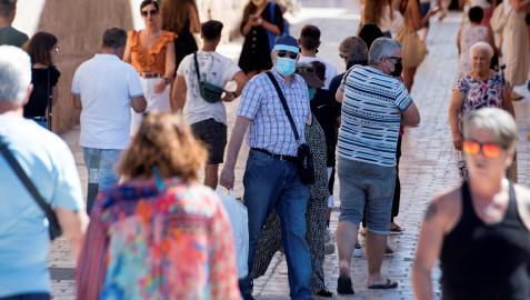 Un hombre con mascarilla camina por el casco histórico de Ciutadella, Menorca, este miércoles