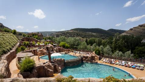Los visitantes pueden refrescarse en las piscinas de paleontología submarina y en la Colina de los Saurios, donde hay pozas y cascadas