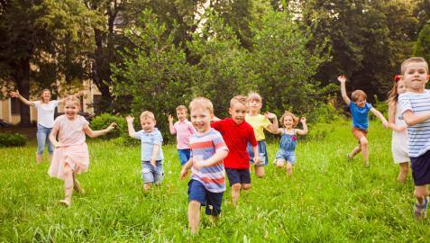 Niños jugando en un campamento de verano