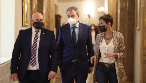 De izda a dcha: el delegado del Gobierno en Navarra, José Luis Arasti; el Presidente Rodríguez Zapatero y la Presidenta Chivite.