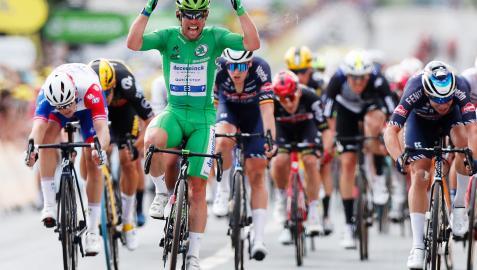 Mark Cavendish celebra el triunfo en la meta de Chateauroux