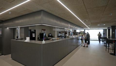 El bar es una de las zonas reformadas en la primera fase del Plan Director.