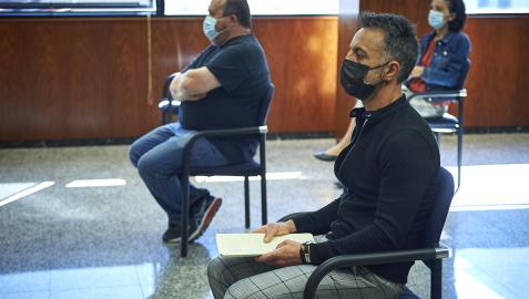 Derecha, Alfonso Etxeberria, alcalde del valle de Egüés entre marzo de 2013 y 2019, el miércoles en el inicio de la vista oral en la que se le juzga por presunto delito de revelación o descubrimiento de secretos