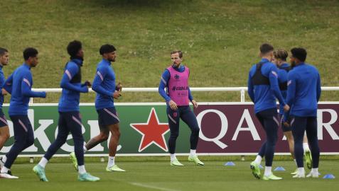 El delantero inglés Harry Kane, en el centro, se ejercita junto a sus compañeros en la instalaciones de St. George's Park