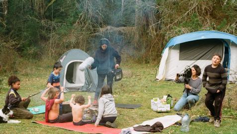 Marina Lameiro con el sonido y Maddi Barber con la cámara durante el rodaje de la acampada infantil en el paraje bautizado en Lakabe como 'El paraíso'