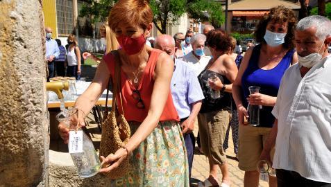 Mairaga repartió botellas para llenar con el agua