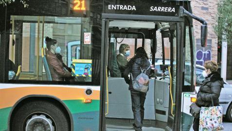 Varias personas acceden a un autobús urbano en Pamplona, en una imagen de archivo