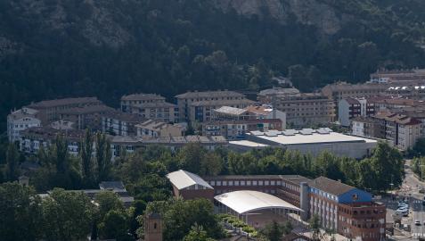 El polideportivo de Estella(con placas solares en la cubierta)  en esta imagen tomada del barrio de Arieta en el que se alza.