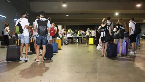 Varios jóvenes citados esperan en la estación de autobuses de Pamplona para hacerse el cribado
