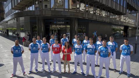 Quince de los 16 pelotaris alineados en el Torneo San Fermín posan junto a Isabel Moreno, directora de la Dirección Territorial Ebro de CaixaBank.