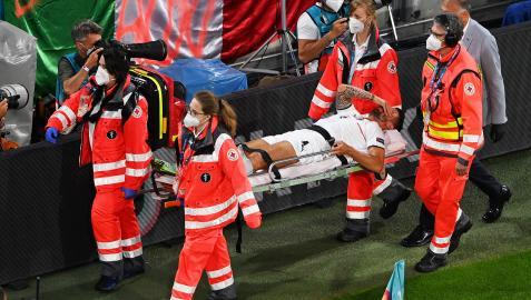 El lateral italiano Leonardo Spinazzola se retira en camilla y entre lágrimas tras sufrir la lesión