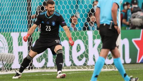 Unai Simón celebra la victoria de España en la tanda de penaltis