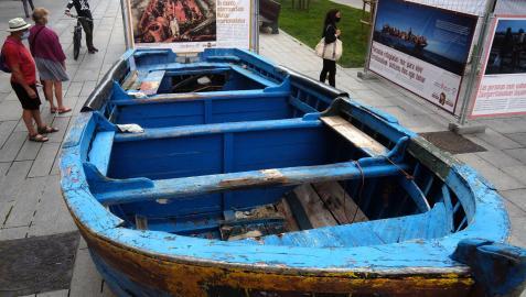 """La patera forma parte de la exposición itinerante """"Huir para vivir"""", una iniciativa del Departamento de Políticas Migratorias del Gobierno de Navarra"""